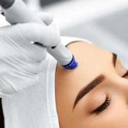 دکتر آنوش شفیعی Microneedling میکرونیدلینگ متخصص پوست مو زیبایی